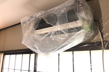 洗浄水飛散防止カバー設置の様子|壁掛けエアコンクリーニング