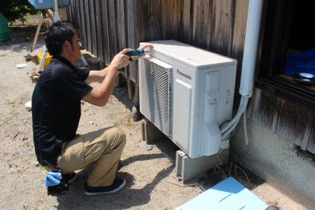 カバー取り外しの様子|エアコン室外機クリーニング